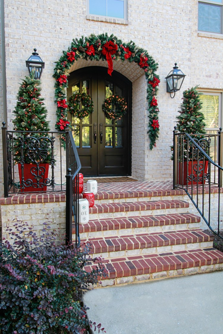 Traditional Christmas Front Door Decorations to Greet Your Holiday Guests